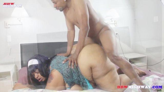 mãe BBW com BBW com peitos enormes enfia por grande galo negro