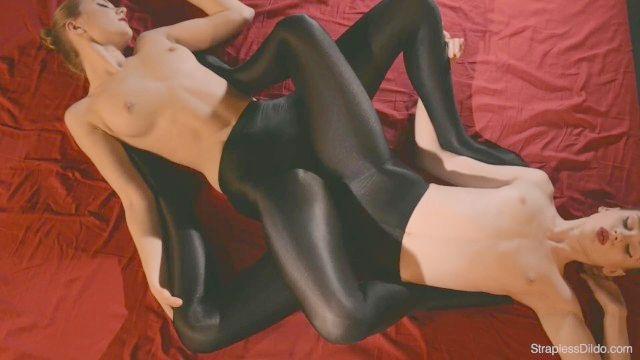 sin tirantes del sexo del consolador en medias de seda
