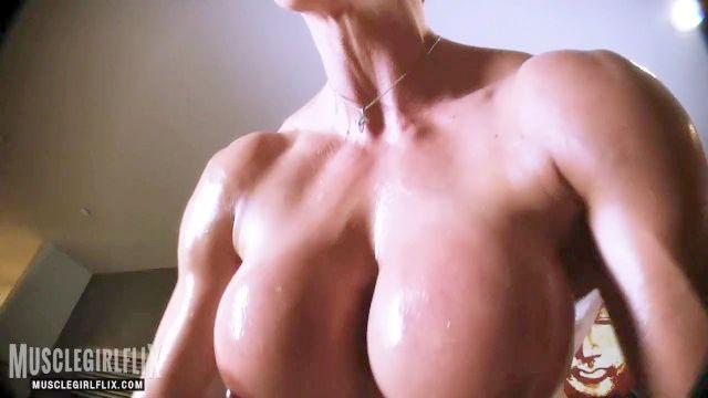 Nackt Bodybuilderin großes Fake Titten Training