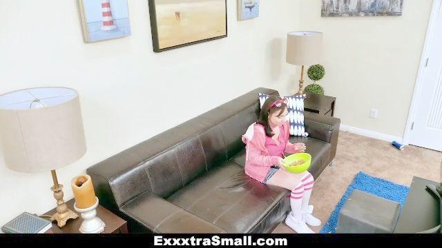exxxtrasmall fickt die Tochter des Chefs