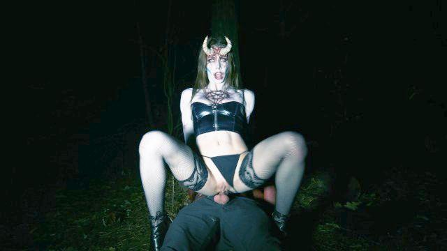 cartomante adolescente nas voltas florestais em um tesão súcubo para cum diabo