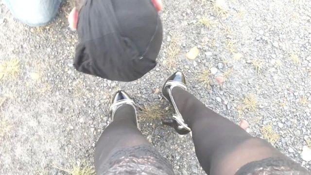 раб лижет черные туфли и нюхать ноги и ботинки целовать ноги колготки femdome