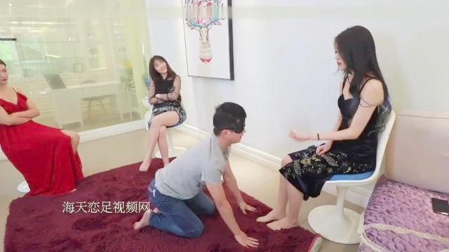4 grausame chinesische Mädchen missbrauchen, Kick und schlagen einen Sklaven