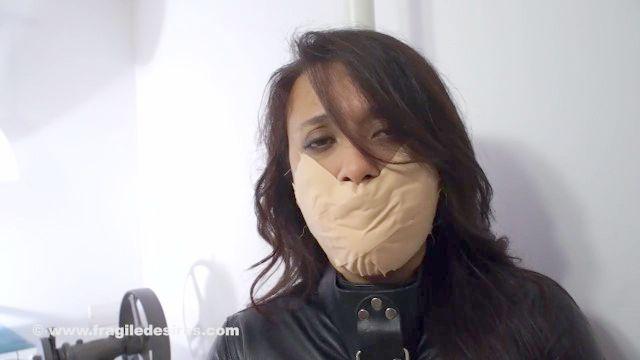 mit Mund gestopft medizinisches Klebeband gag in glänzenden Zwangsjacke Knechtschaft vibed