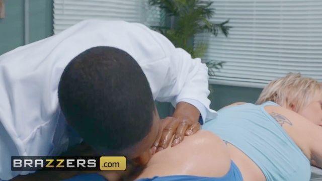 brazzers rubia MILF Dee Williams obtiene anal marcada por la BBC