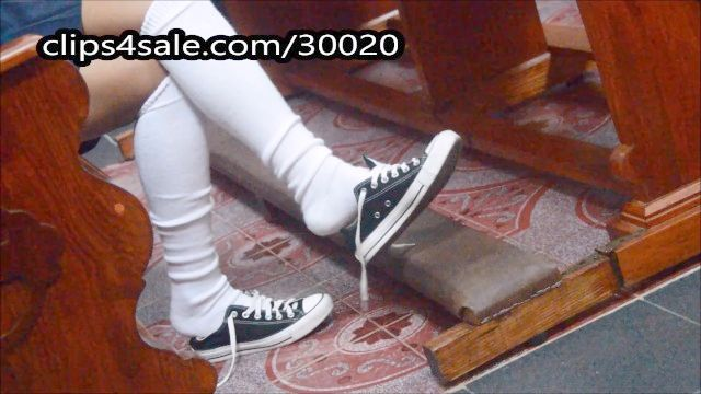 colegiala atrapado jugando con los zapatos en la rodilla calcetines iglesia fetichismo del pie