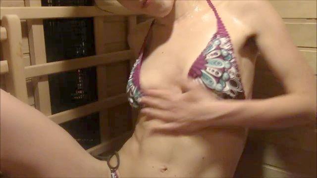 menina suada na sauna (menina axila peluda na sauna)