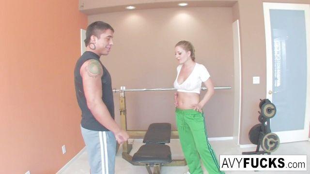 Avy Scott consigue un puto con su rutina de ejercicios