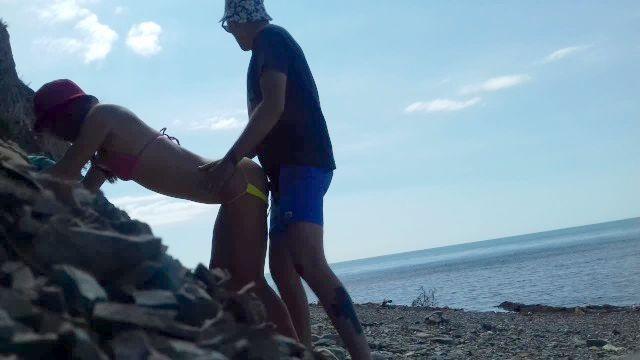 在海滩上真正的业余doggystyle
