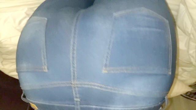 Ebony peida aquosos molhado de jeans