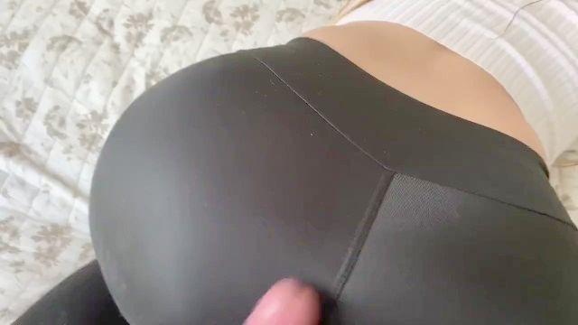 paso mamá se pantalones de yoga rasgados