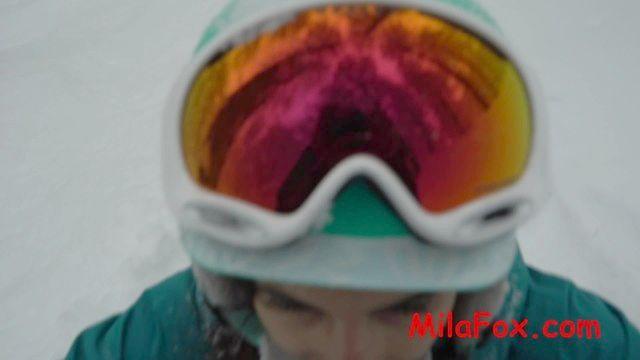 acaloradamente chupado un snowboarder polla en el bosque en la escarcha. esperma en la cara