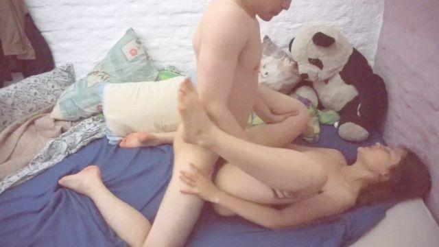 jovem casal ter um pouco de sexo de manhã