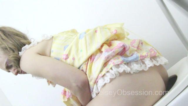 Kelsey furzen und pinkelt auf Toilette