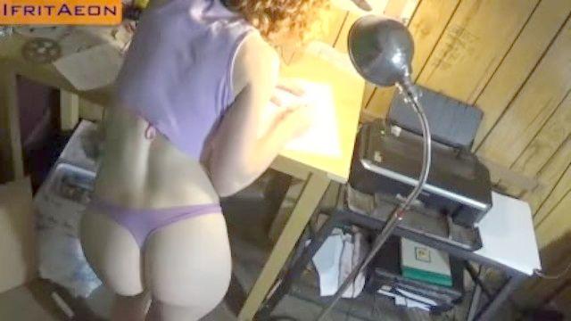 sexy ruiva Milf em pequenas mostras tanga apertados nos seu grande suculento Bundonas