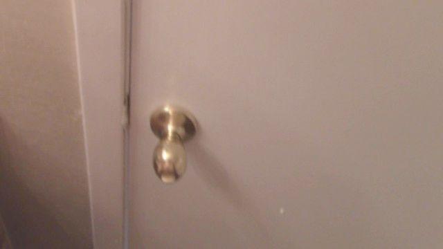 riskanter Bad Sex ein Klopfen an der Tür, fast erwischt