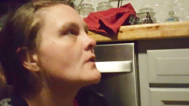 lixo branco prostituta bebe um copo de mijo amarelo engasgos asfixia ódio andorinha
