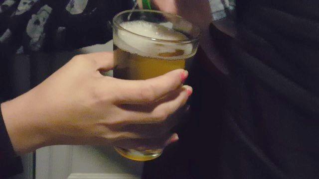 white trash Hure Glas gelb Pisse trinkt Würgen Hass schlucken Würgen