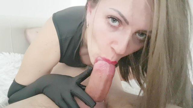MILF faz 69 chupada e esperma na boca estreita-se