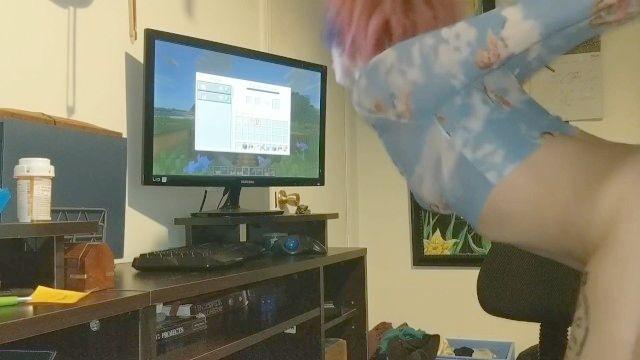 sexy gf fica amarrado e inclinou-se enquanto eu jogar Minecraft