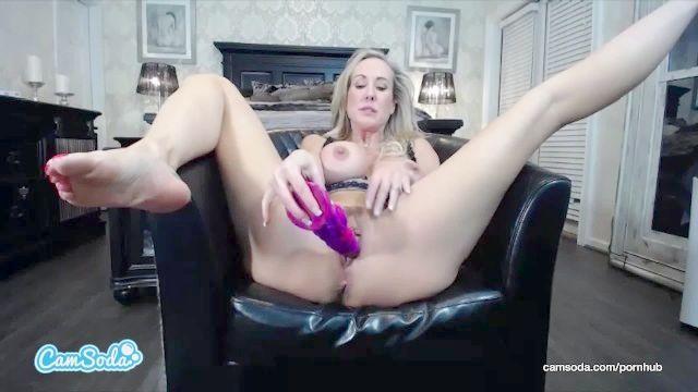 Milf Brandi Liebe ihre riesigen Titten und Brustwarzen in sexy Masturbation vid Schütteln