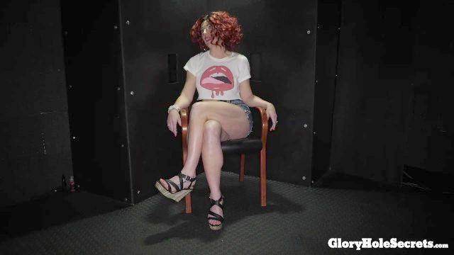 ausgeflippt Swinger molly Würgen auf Schwänze in der Gloryhole