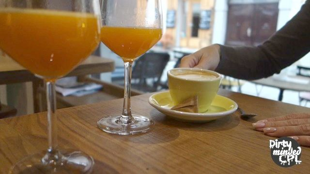 mit engen Leder-Leggings in Stadt für Kaffee