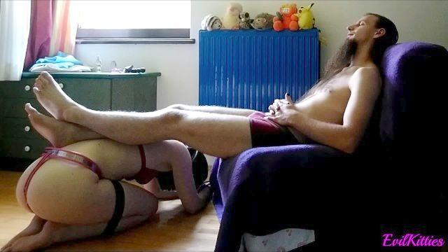 Menina mascarada escravo no cinto de castidade, a formação anal, sexo oral, boceta molhada
