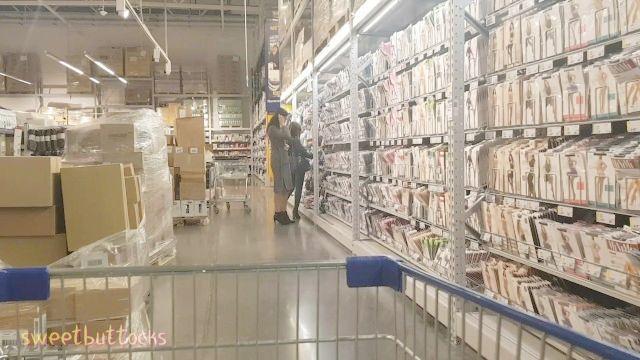 chica desnuda camina en el supermercado