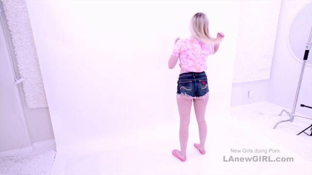 sommersprossige nette jugendlich, 18, saugt bei der Modellierung Vorsprechen Schwanz