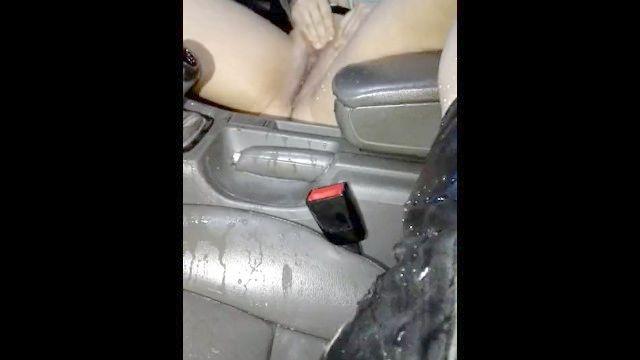 norwegisch MILF pissing in Auto