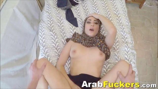 pobre garota árabe desesperado por dinheiro fode branco grande dick