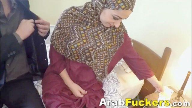 pobre chica árabe desesperados por dinero en efectivo folla gran polla blanca