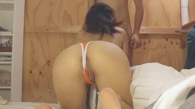 Азиатский подросток с сливочной киску сосет член и трахается в ее купальнике