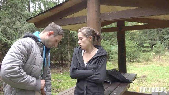 anabelle gefickt im Wald über