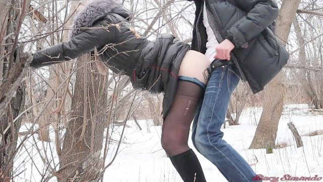 年轻女孩被陌生人在一个冬天的公园性交