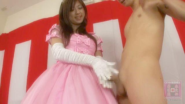 Японская принцесса CFNM человек дергая на ее платье