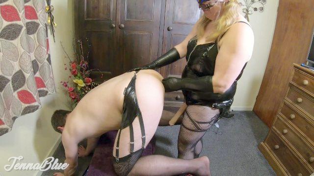 erstes Mal anal Fisting und tiefer ass pegging mit verworren Ehemann in den Strümpfen