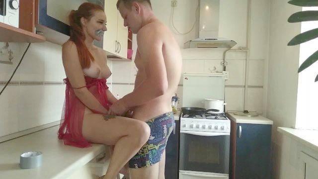 Frau bekam einen Schwanz in der Küche