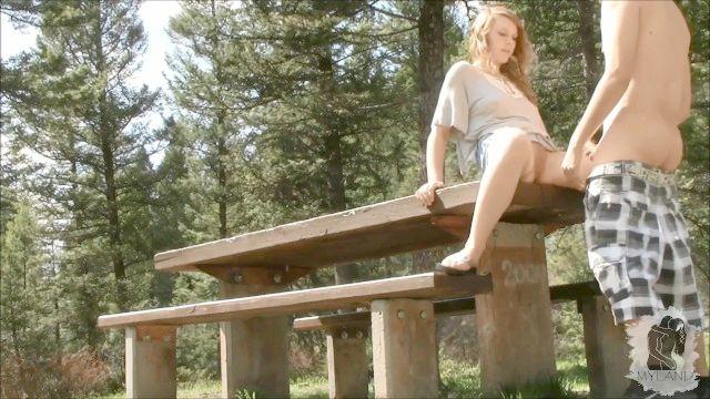 Aus einem Picknick mit drei Küken wird eine wilde Orgie im Wald