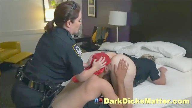 schmutzigen Offiziere weibliche Polizei Verbrecher mit riesigen schwarzen Penis saugen