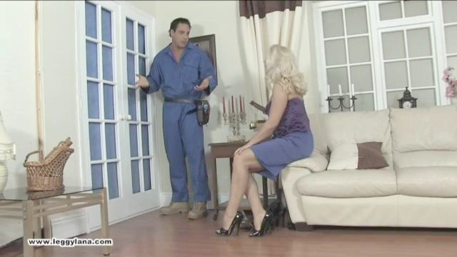 Handwerker bekommt ein foot von Hausfrau Lana Cox