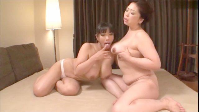巨乳を吸っているアジアの女性10(夏子)