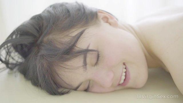 18 sexo virgen chica hermosa de pelo oscuro ha sido bendecida con un cuerpo perfecto