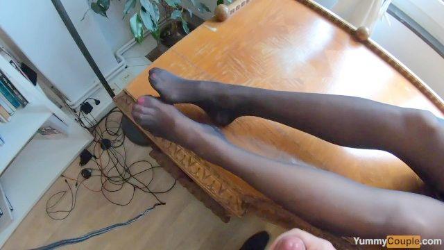 eu tenho 4 (sim, quatro) grandes cumshots em meus pés de nylon e pernas Milf cum quente