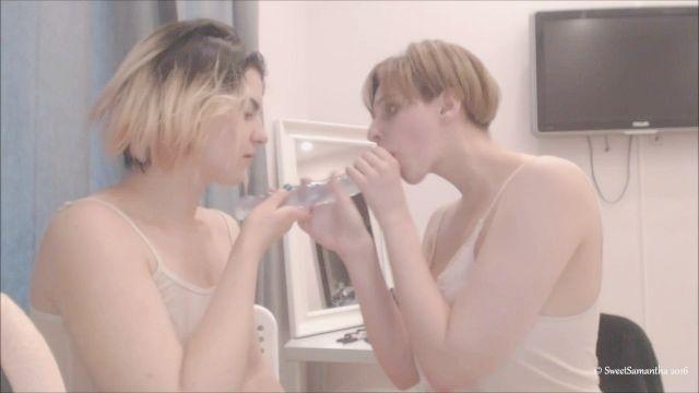 zwei Mädchen schlampig Blowjob Doppeldildo