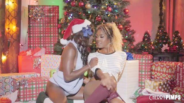 черное дерево лесбиянки лизать киски и задницы друг друга на праздники