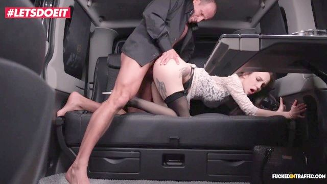 شريحة لحم letsdoeit ومفاجأة اللسان لسائق سيارة أجرة التشيكية