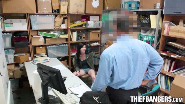 guardia de seguridad folla ladrón adolescente tetona de estancia tranquila