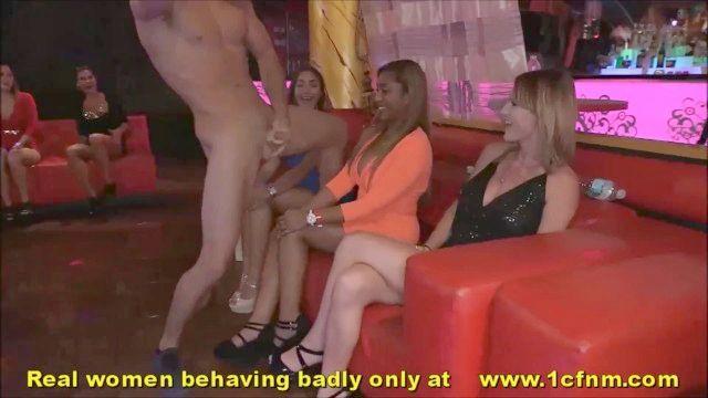 Frauen \u0026 Milfs schlucken Schwänze bei männlichen Stripper Nacht